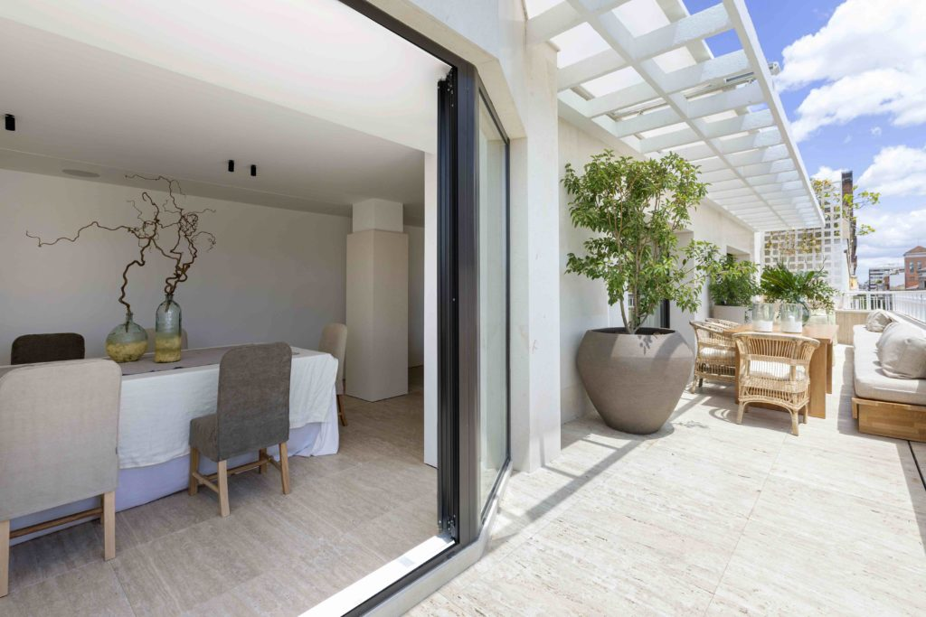 reformas-e-interiorismo-2021-terrazas-materiales-continuos-1024x683.jpg